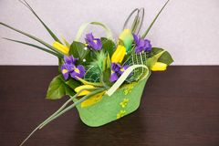 Fleurs Bouquet jaune de tulipe et d'iris Photo stock