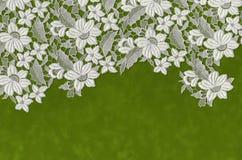 Fleurs brodées étendues au-dessus du Livre vert Photographie stock libre de droits