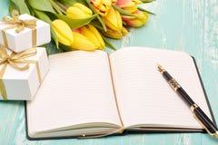 Fleurs, cadeaux et rondin quotidien de blanc Photographie stock