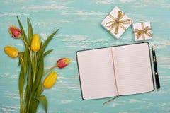 Fleurs, cadeaux et rondin quotidien de blanc Photo stock