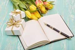 Fleurs, cadeaux et rondin quotidien de blanc Photos libres de droits