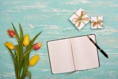 Fleurs, cadeaux et rondin quotidien de blanc Photo libre de droits