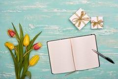Fleurs, cadeaux et rondin quotidien de blanc Image libre de droits