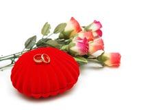 Fleurs, cadre en forme de coeur et   Photographie stock libre de droits
