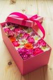 Fleurs colorées dans la boîte Photo stock