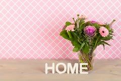 Fleurs colorées de bouquet dans le vase en verre Photographie stock