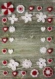 Fleurs colorées de crochet lumineux et table en bois de coeurs Photographie stock libre de droits