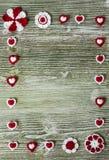 Fleurs colorées de crochet lumineux et table en bois de coeurs Image libre de droits