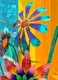 Fleurs colorées de trottoir en métal Photos libres de droits