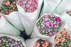 Fleurs colorées fraîches enveloppées en papier Photographie stock
