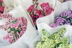 Fleurs colorées fraîches enveloppées en papier Photographie stock libre de droits