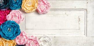 Fleurs colorées multi de cru sur la trappe âgée Photographie stock libre de droits