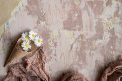 fleurs cosmétiques de crème et du muguet sur un fond vert photographie stock