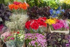 Fleurs coupées d'une stalle du marché Image stock