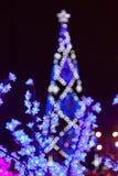 Fleurs décoratives d'ampoules d'arbre d'électricités la soirée du Nouveau an images stock