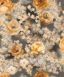Fleurs décoratives d'or monochrome d'aquarelle sur un fond foncé - un grand modèle pour le papier peint illustration de vecteur