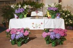 Fleurs décoratives sur l'autel Photo libre de droits