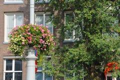 Fleurs décoratives sur un poteau près du bâtiment à Amsterdam photo stock