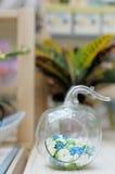 Fleurs délicieuses dans le vase initial Photo stock