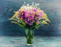 Fleurs d'été dans le verre Photographie stock libre de droits