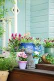 Fleurs d'été et cloche mises en pot de jardin Photographie stock libre de droits