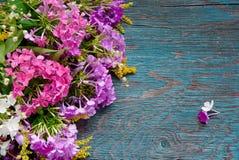 Fleurs d'été sur le bureau Photo stock