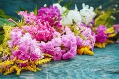 Fleurs d'été sur le bureau Photographie stock