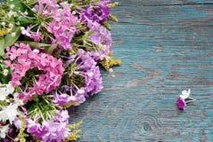 Fleurs d'été sur le bureau Photos stock