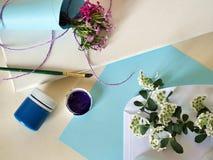 Fleurs d'été, toile et peintures blanches et roses sur un fond clair photo libre de droits