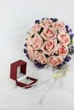 Fleurs d'anneau et de participation de mariage Image libre de droits