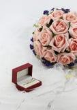 Fleurs d'anneau et de participation de mariage Photos stock