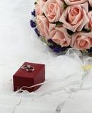 Fleurs d'anneau et de participation de mariage Photographie stock