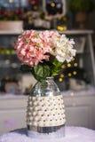 Fleurs d'hortensias dans le vase utilisé pour la décoration à la maison photographie stock libre de droits