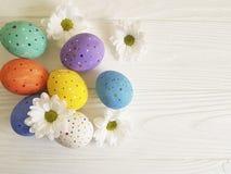 Fleurs d'oeufs de pâques sur en bois blanc décorées Images libres de droits