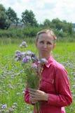 Fleurs d'une cueillette de femme photos stock