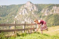 Fleurs d'une cueillette de jeune femme Photographie stock