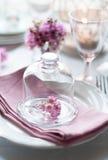 Fleurs dans cloche en verre en verre Image stock
