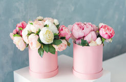 Fleurs dans des boîtes actuelles de luxe rondes Bouquet des pivoines roses et blanches dans la boîte de papier Maquette de la boî Images stock