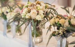 Fleurs dans des bouteilles, bouquets nuptiales Photographie stock