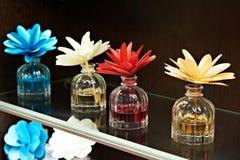 Fleurs dans des pots avec des huiles parfumées Image libre de droits