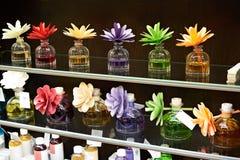 Fleurs dans des pots avec des huiles parfumées Images libres de droits