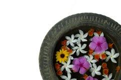 Fleurs dans l'eau dans une cuvette en pierre Photographie stock