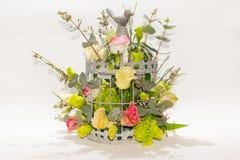 Fleurs dans la cage d'oiseaux sur le fond blanc Photo libre de droits