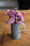 Fleurs dans la cuvette Images stock