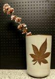 Fleurs dans la cuvette de thé Photos stock