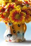 Fleurs dans la tasse Image stock