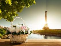 Fleurs dans le panier et le Tour Eiffel Photos libres de droits