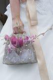 Fleurs dans le petit sac à main Images libres de droits