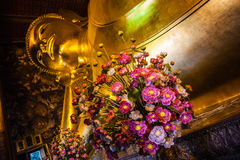 Fleurs dans le temple étendu de Bouddha photo stock