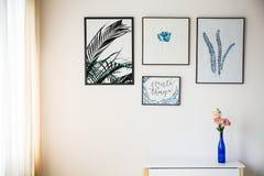 Fleurs dans le vase bleu image libre de droits